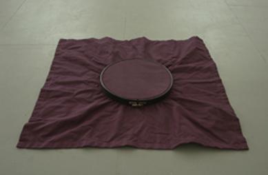 <b>Reiner Ruthenbeck</b><br> Tuch mit Spannrahmen, 1973<br> Baumwolltuch, 70 x 70 cm,<br> Stickspannrahmen, 2,5 x ø 26,5 cm<br> Exemplar 19/90, signiert<br> Hrsg.: Museum Abteiberg, Mönchengladbach