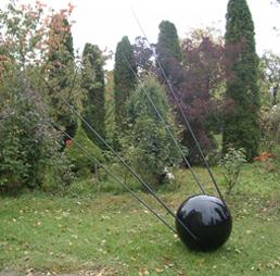 <b>Adam Vackář</b><br> Sputnik, 2006<br> Polyester, Glasfaser, Autolack<br> ø 65 cm, Antennen 310 cm<br> signiert und datiert / Zertifikat<br> Edition 6 Exemplare