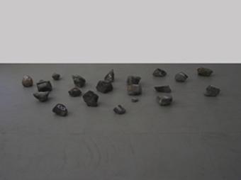 <b>Mark Wallinger</b><br> Okerstein, 2007<br> Steine aus der Oker, weißer Lackstift<br> Edition 72 Unikate jeweils mit Zertifikat<br> Diverse Maße<br> Hrsg.: Kunstverein Braunschweig
