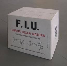 <b>Joseph Beuys</b><br> Vino F.I.U. 1983<br> Karton mit 12 Roséweinflaschen<br> signiert<br> 26 x 24 x 30 cm<br> Edition 100 signiert auf dem Karton<br> Hrsg.: Edizioni Lucrezia De Domizio, Pescara / I