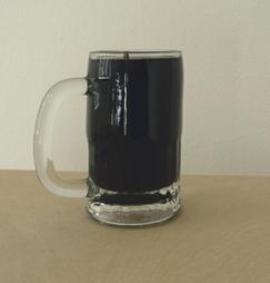 <b>Paul McCarthy</b><br> Pudding, 1999<br> Bierglas mit schwarzer Gummimasse gefüllt<br> Exemplar 47/100, Monogram und nummeriert<br> 14,3 x 12,3 x 7,9 cm