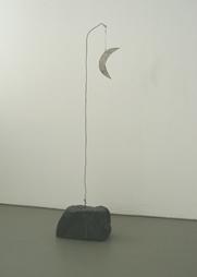 <b>C.O. Paeffgen</b><br> Ohne Titel, 1970<br> Pflasterstein mit Draht umwickelt und<br> Halbmond aus Kunststoff<br> Monogram, signiert und datiert<br> 105 x 27 x 15 cm