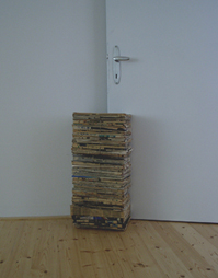 <b>Liam Gillick</b><br> After Care, 1998<br> Zeitungen gebündelt,<br> Exemplar 1/ 8, signiert<br> 60 x 30 x 20 cm<br> Hrsg.: Frankfurter Kunstverein