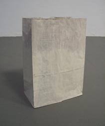 <b>Lawrence Carroll</b><br> Ohne Titel, 1994<br> Papiertüte bemalt, 18/20<br> signiert, datiert und nummeriert<br> 43 x 29,5 x 18 cm<br> Hrsg.: Kölnischer Kunstverein, Köln