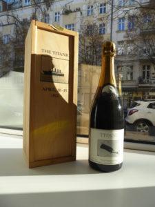 <strong>Barbara Bloom </strong> <br>  Titanic Champagne Bottle, 1989<br> Champagne in einer Holzkiste, 20/33<br> signiert und nummeriert<br> 35,5 x 12,7 x 12,7 cm<br> Hrsg.: Künstlerin und Jay Gorney Modern Art, New York